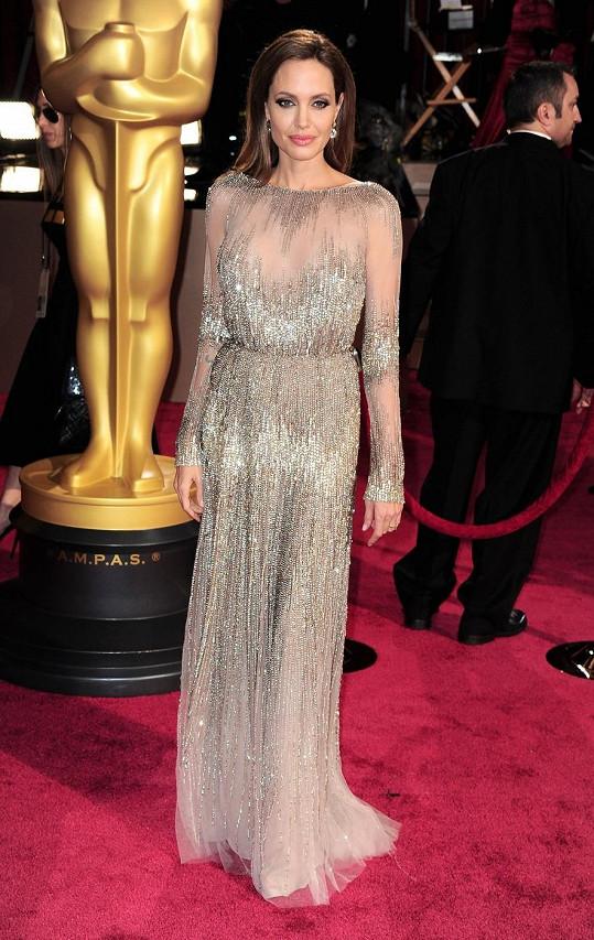 Loni odhalovala Angelina Jolie pravou nožku v temných ateliérových šatech Versace, tento rok dala pro změnu na odiv své poprsí v Couture modelu od libanonského génia, kterým je Elie Saab.