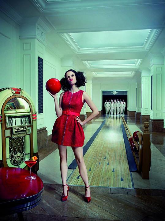 Atraktivní herečka zářila v modelech slavných návrhářů.
