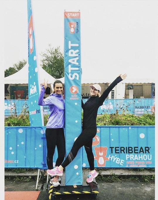 Daniela s kolegyní Lenkou Špillarovou z TV Prima, která ji na půlmaraton přihlásila, běhala i pro Teribear Terezy Maxové.