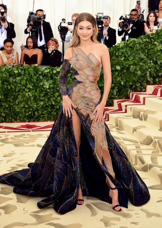 Jako elfka působila v roce 2018 v modelu Versace nastávající maminka Gigi Hadid.