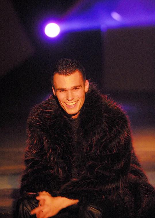 Leoš Mareš byl před lety neodmyslitelně spjat s kožichem, ve kterém vystupoval. Snímek je z roku 2001.