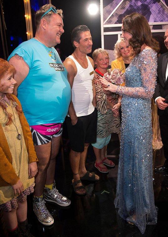 Po představení se Kate bavila se členy souboru.