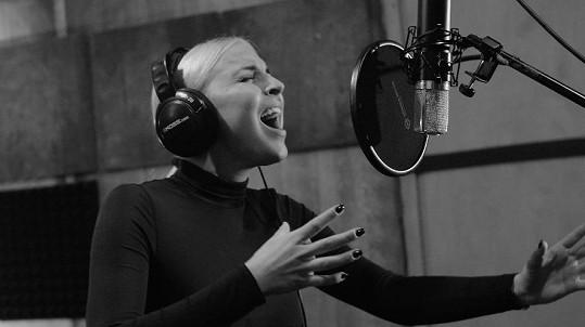 Markéta ve studiu při natáčení písně