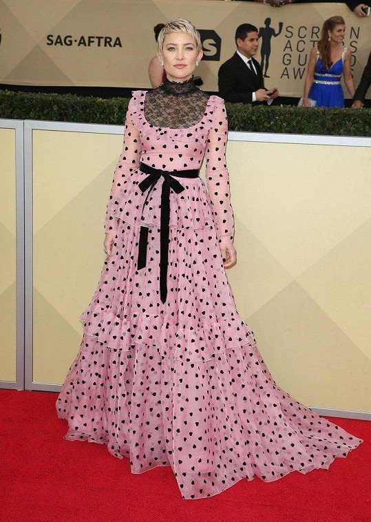 Poprvé šaty vynesla do společnosti Kate Hudson.