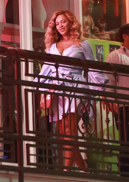 Jen s malou červenou kabelkou v modře proužkovaných krátkých šatech byla Beyoncé neuvěřitelně sexy.