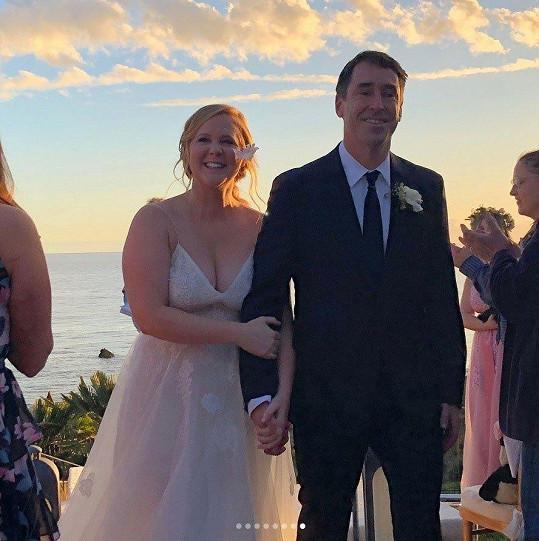S manželem Chrisem Fischerem čekají první dítě.