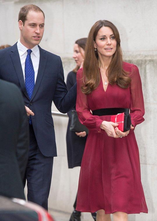 Tyto šaty s hlubokým výstřihem značky Whistles patří mezi její nejoblíbenější. Kousek s pořizovací cenou 2 100 Kč si oblékla hned dvakrát.
