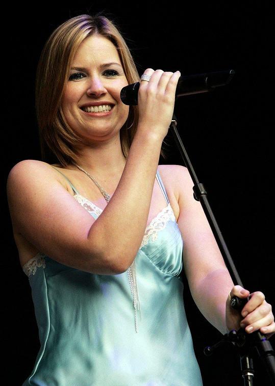 Zpěvačka v roce 2004 na koncertě v Německu