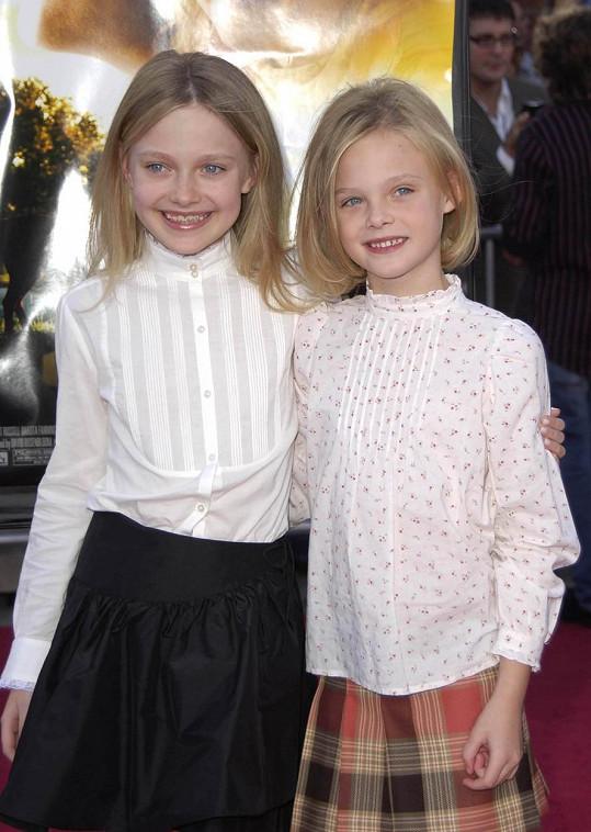 Elle se starší sestrou Dakotou v roce 2005