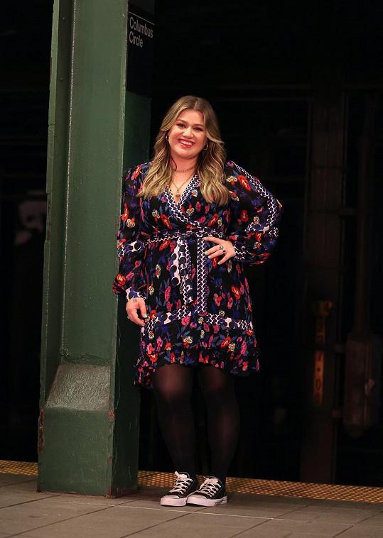 Kelly Clarkson si sestru Moniku pozvala do své show.