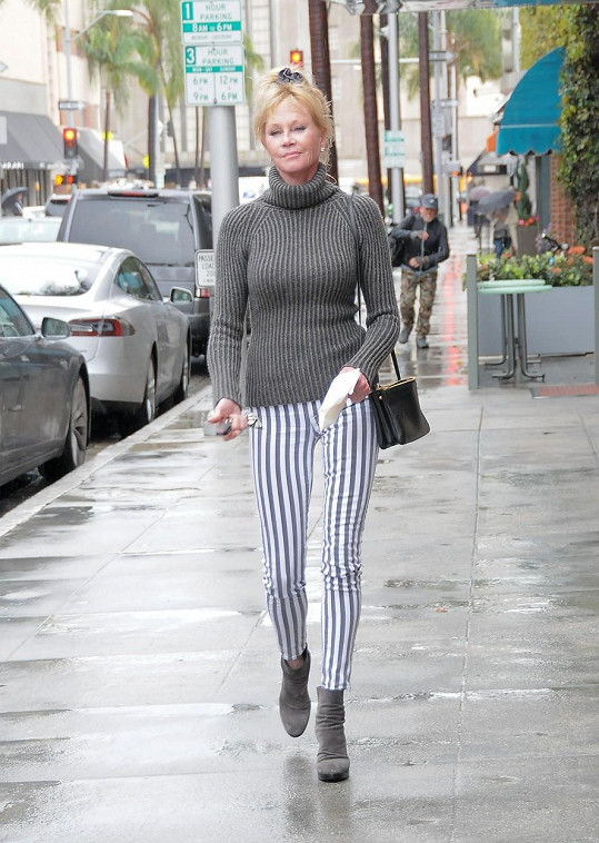 Melanie Griffith v pátek v Los Angeles. Svou štíhlost ještě umocnila svislými pruhy na kalhotách.