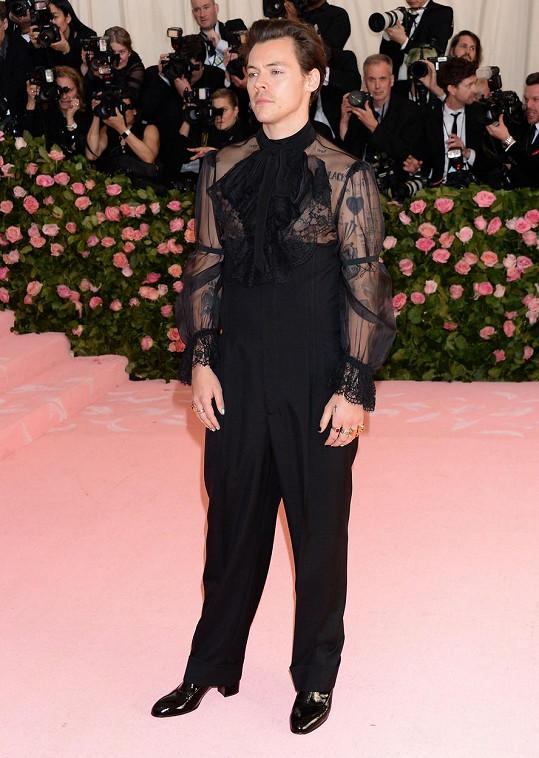 Na letošní Met Gala dorazil v průhledné košili a podpatcích.
