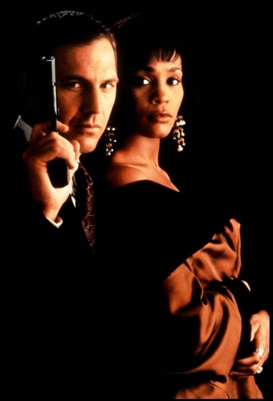 Costner ve své možná nejslavnější roli v Osobním strážci s Whitney Houston.