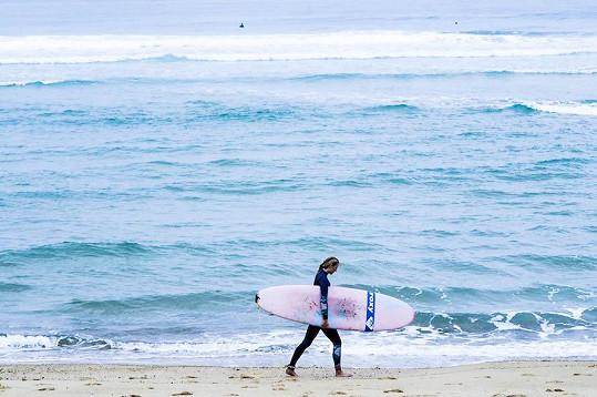 Natálie není v surfování nováčkem.