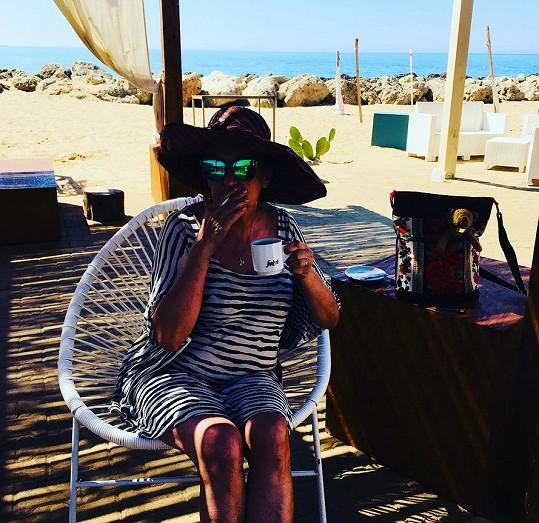 Pohoda u kafíčka a cigárka, herečka si dovolenou opravdu užívá.