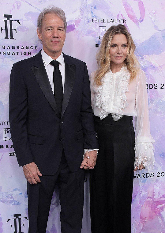 Ruku v ruce manželé dorazili na akci Fragrance Foundation Awards v New Yorku.