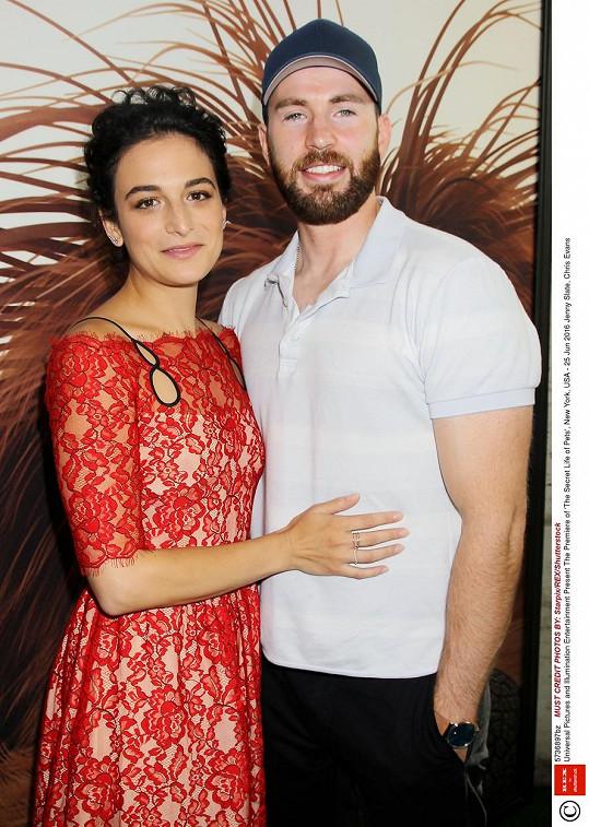 Jenna se na premiéře tulila ke svému novému partnerovi.