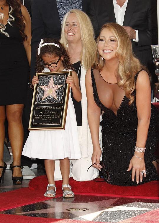 Mariah Carey výběrem šatů vsadila na své největší přednosti.