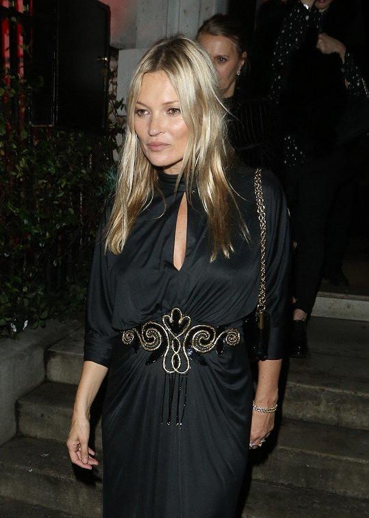 Kate vypadala v černých šatech skvěle.