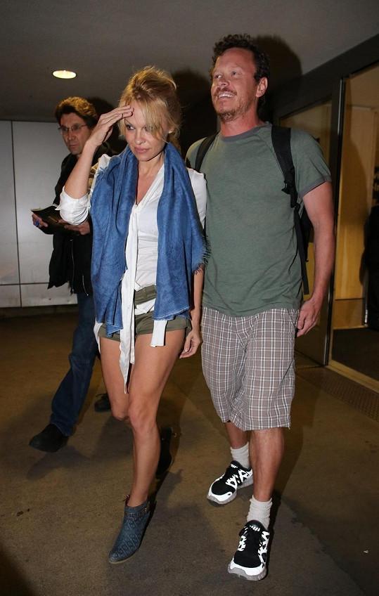 Herečka na letišti v Los Angeles s přítelem Jesusem Villou.