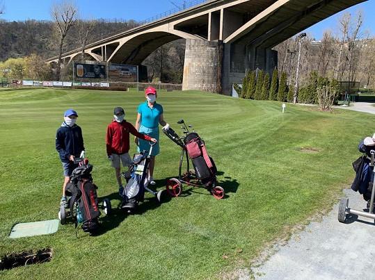 Radost celé rodině udělalo otevření golfových hřišť.