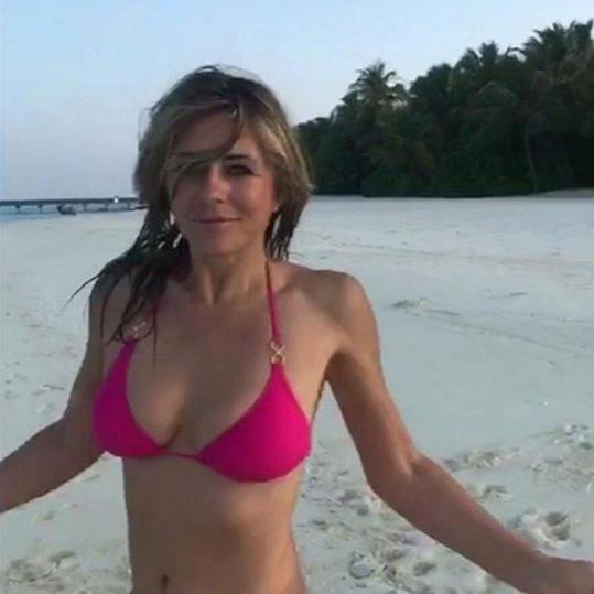 Elizabeth Hurley se rozdováděla na pláži.
