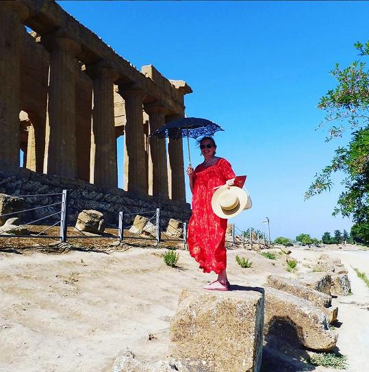 Herečka vyrazila na výlet k řeckému chrámu, který se na Sicílii nachází.