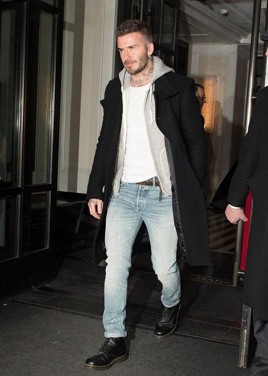 David Beckham nemůže ke kadeřníkovi, tak si oholil hlavu.