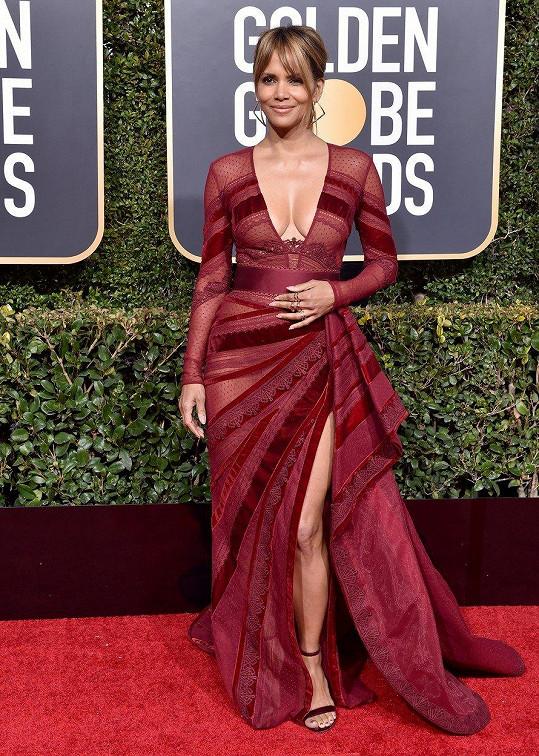 S asymetrií si pohrávající model s krajkovými panely od Zuhaira Murada je oslavou ženství Halle Berry. Šaty dokonale vyzdvihují přednosti této krásné ženy.