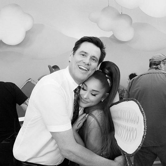 Ariana Grande a Jim Carrey na společném snímku, pod který napsala Mariah svůj vtipný komentář.