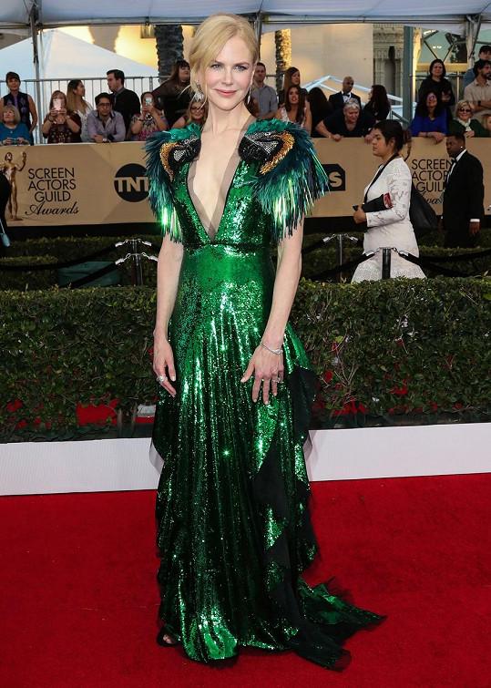 Vzor papoušků na klopách, volány po stranách sukně a hluboký véčkový výstřih. Je to pro Nicole Kidman už příliš velká divočina? My jsme toho názoru, že tento výrazný model od Gucciho byl přesně pro tuto příležitost a typ ženy stvořen.
