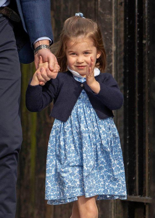 Charlotte na cestě za bratříčkem princem Louisem.