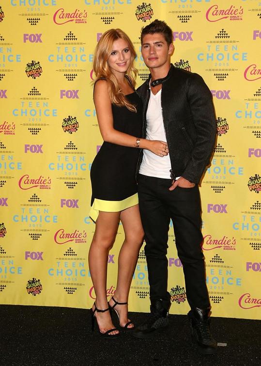 Bella a Gregg tvoří zamilovaný pár.