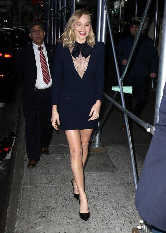 V minišatech od Givenchy spěchala v New Yorku na ranní vysílání pořadu Good Morning America.