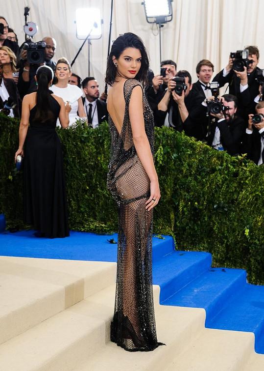Kendall Jenner oblékla značka La Perla Haute Couture, která se primárně zaměřuje na tvorbu spodního prádla. Proto taky slavná kráska skončila oblečená - neoblečená.