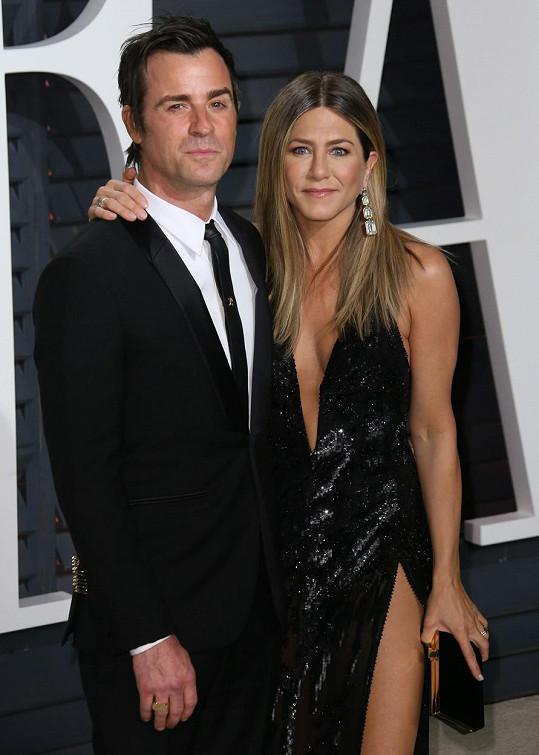 Letos herečce dělal garde její manžel Justin Theroux.