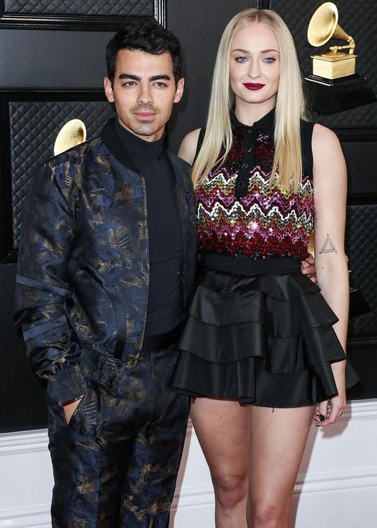 Sophie Turner a Joe Jonas se rok po svatbě stanou poprvé rodiči.