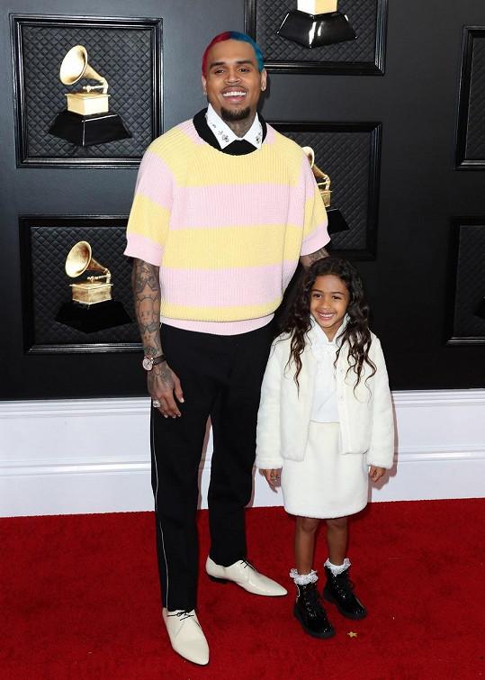 Dvoubarevná hlava a svetr z popelnice. Chris Brown chtěl svým vzhledem nejspíš vyjádřit skutečnost, že ve světě showbyznysu se na něj už zapomnělo.