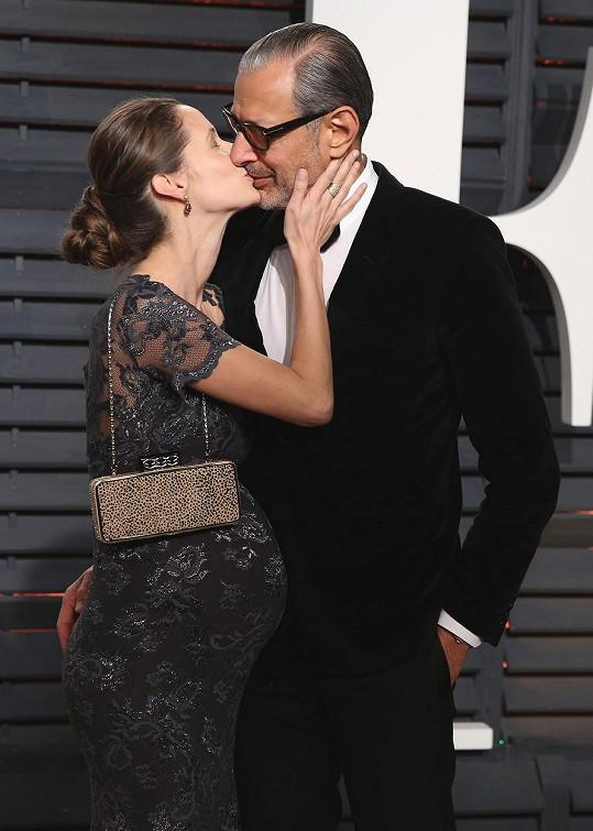 Emilie Livingston a Jeff Goldblum se brzy stanou dvojnásobnými rodiči.