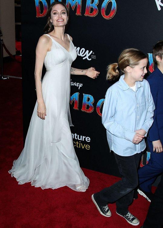 V dlouhých bílých šatech vypadala Angelina přímo andělsky.