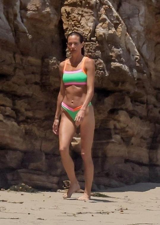 Morgan Brown sledovala z pláže, jak její přítel surfuje.