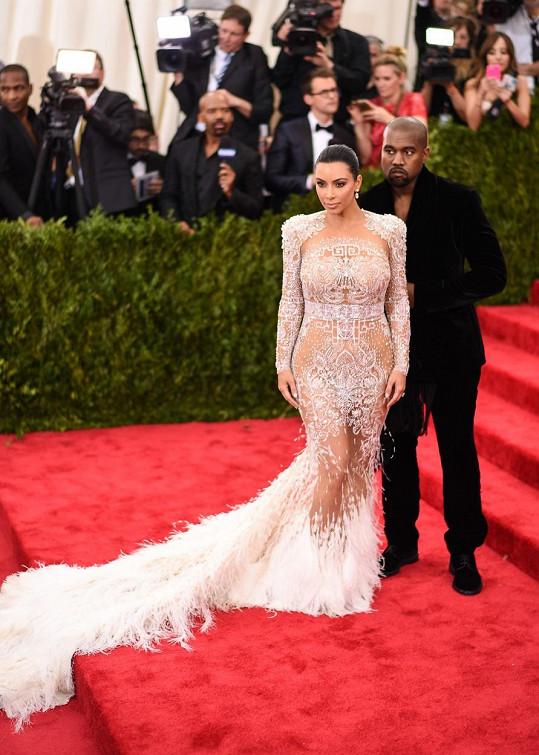 Kim a Kanye v roce 2015 a téma China: Through the Looking Glass
