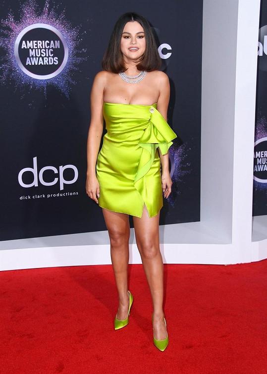 Selena Gomez vzbudila rozruch návratem na hudební scénu i bujným poprsím.