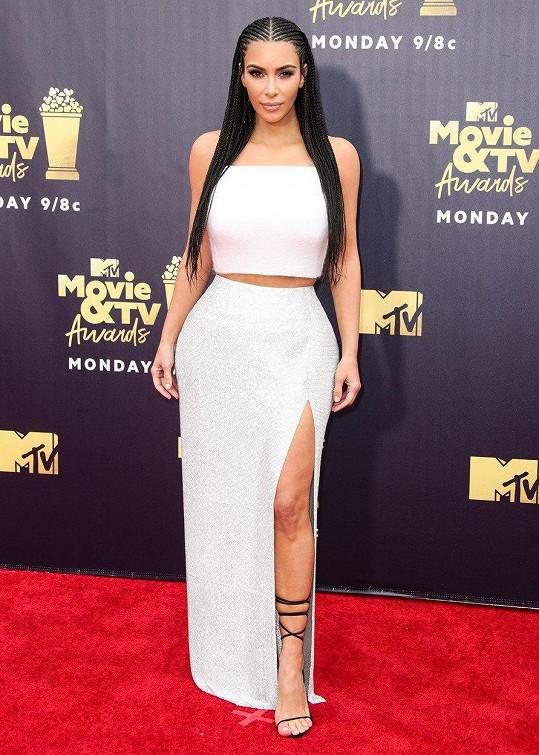 Kim ví, jak se obléknout do společnosti.