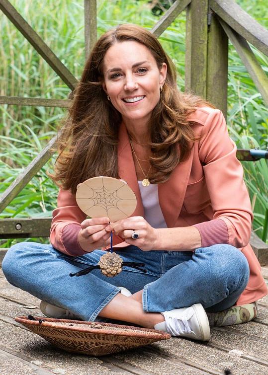 A samozřejmě zásnubní prsten, který zdědila po princezně Dianě. Před čtyřiceti lety byla hodnota tohoto nádherného šperku v přepočtu 850 tisíc korun. Když jej navlékl k zásnubám William Kate, měl už hodnotu 2,5 milionu korun.