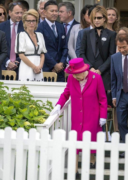 Královna drobnou nepříjemnost ustála s grácií.