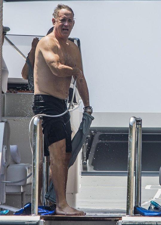 Tom Hanks šel do plavek.