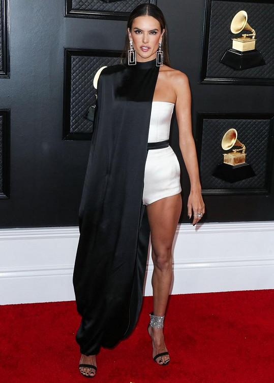 Člověk by si mohl myslet, že Alessandra Ambrosio si se svou bezchybnou figurou může obléknout cokoli. A ejhle, tento černobílý model ani této bohyni nevyšel.