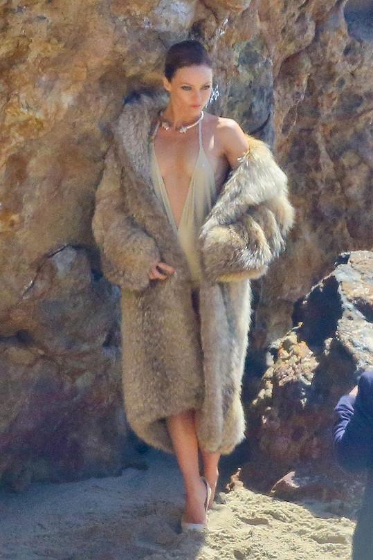 Vanessa Paradis pózovala na pláži v kožichu.