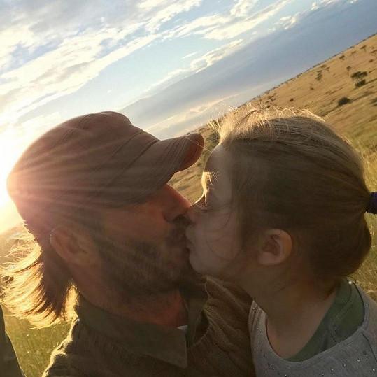 A co taťka? Ten se s dcerkou pomazlit nesmí? Tento snímek vzbudil na sociální síti, bohužel, i velmi negativní reakce.